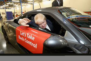 Johnson subido a un coche de carreras.