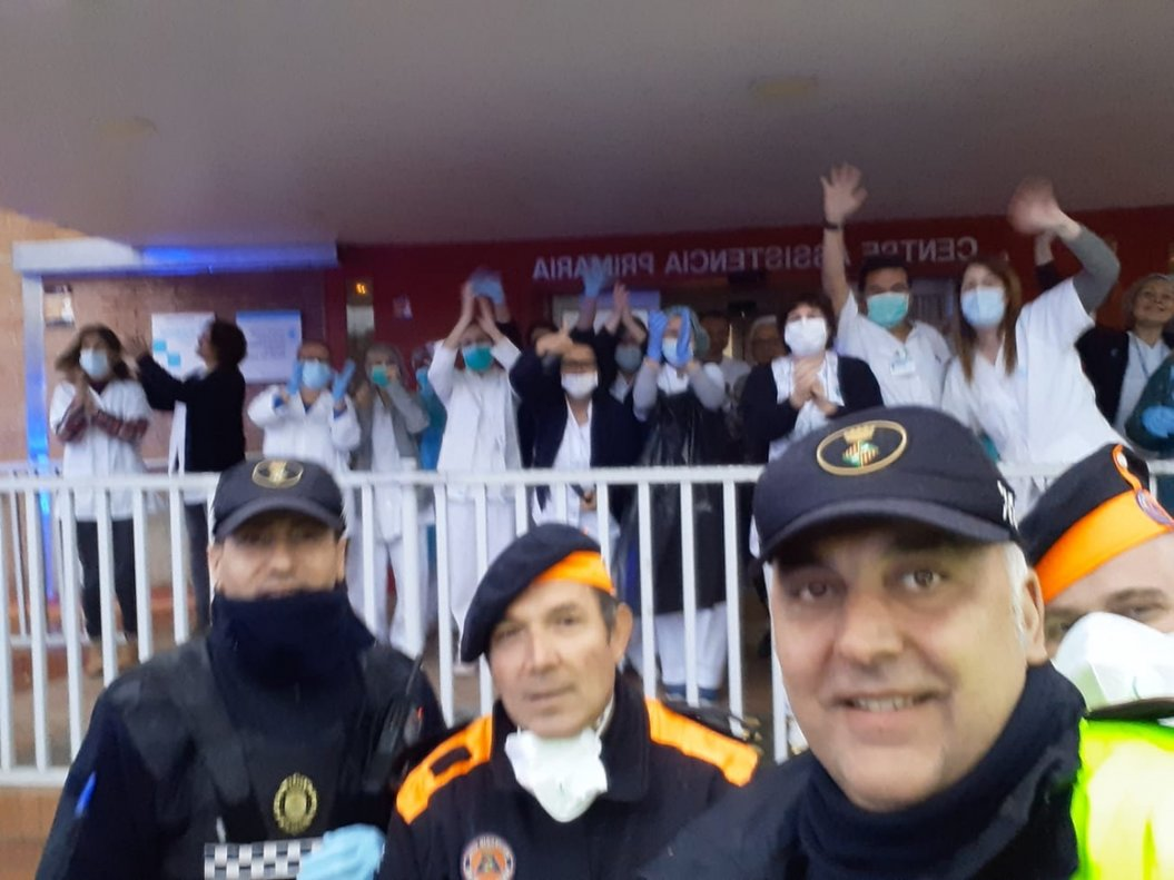 'Selfie' de la Policía Local de Parets con trabajadores del CAP de la localidad.
