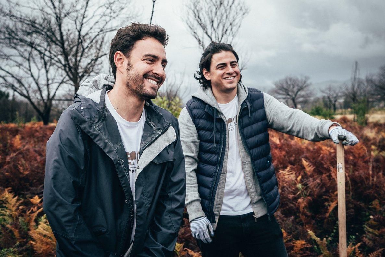Carlos Íñiguez y Guillermo Íñiguez son hermanos y cofundadores de One Oak, una firma de complementos sostenibles.