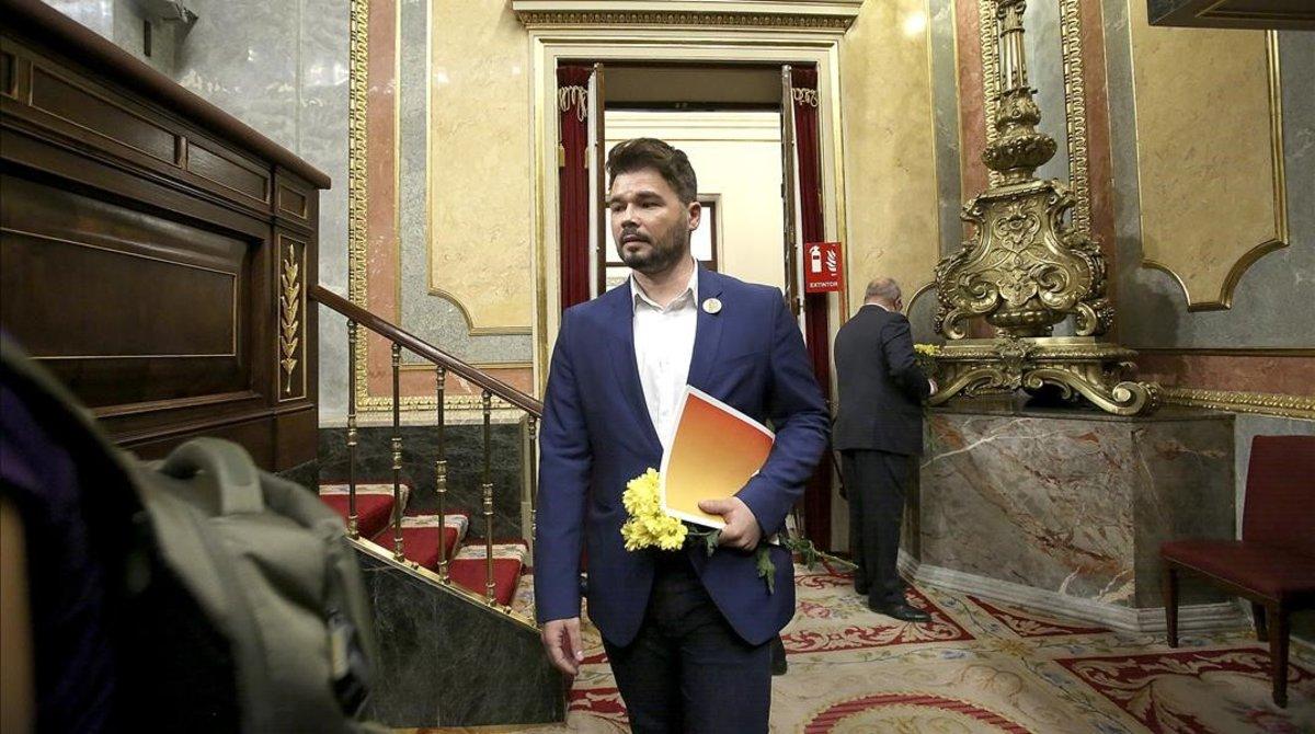 Gabriel Rufián, con unas margaritas amarillas en la primera sesión de la investidura de Pedro Sánchez.