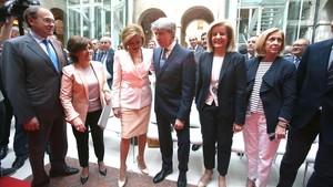Soraya Sáenz de Santamaría, María Dolores de Cospedal y el nuevo presidente de la Comunidad de Madrid, Ángel Garrido, en la toma de posesión, en laReal Casa de Correos.