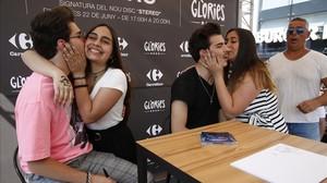 Jesús y Daniel Oviedo, besuqueados por las fans en la presentación de su discoStereo,este viernes en Barcelona.