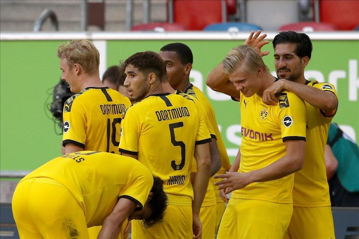 Haaland recibe la felicitación de sus compañeros tras marcar otro gol decisivo