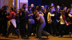 Heridos evacuados de la sala de fiestas Bataclan tras el tiroteo.
