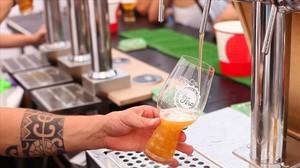 Un hombre sirve una cerveza.