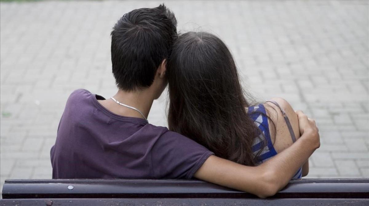 Dos adolescentes, en un banco de Barcelona.
