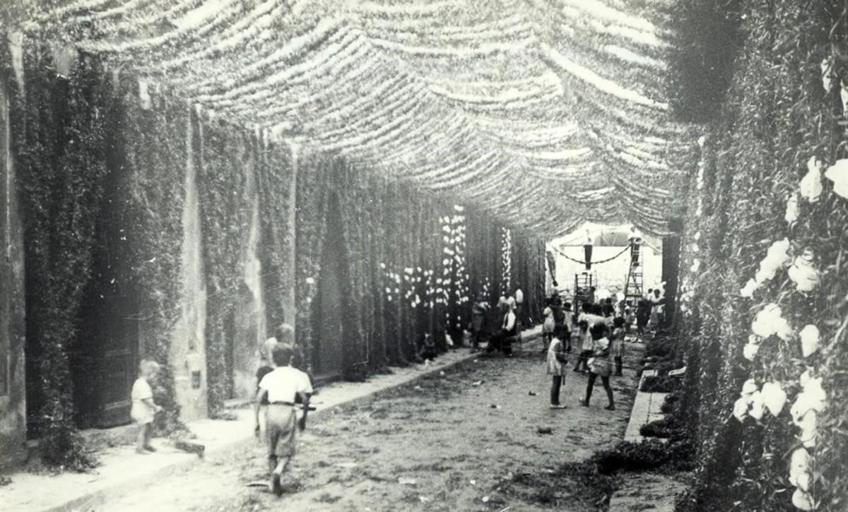 La calle de Fraternitat, decorada para la fiesta mayor de Gràcia en los años 30.