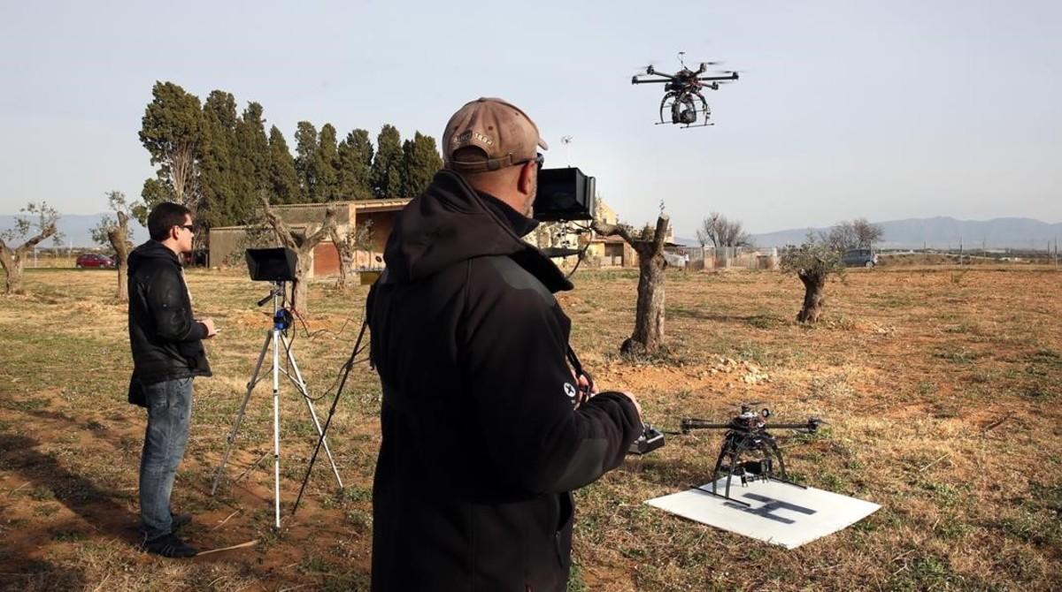 Dos pilotos de drones en un programa de vigilancia en el Alt Empordà.