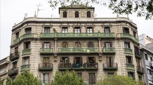 El número 18 del carrer de Borrell, una de les cantonades més imponents del barri.