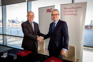 El presidente del Massachusetts Institute of Technology (MIT), Rafael Reif, y el presidente de Inditex, Pablo Isla, tras la firma del acuerdo.