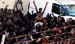 Inmigrantes subsaharianos celebran haber superado la valla fronteriza que separa Marruecos de Ceuta, el pasado julio.