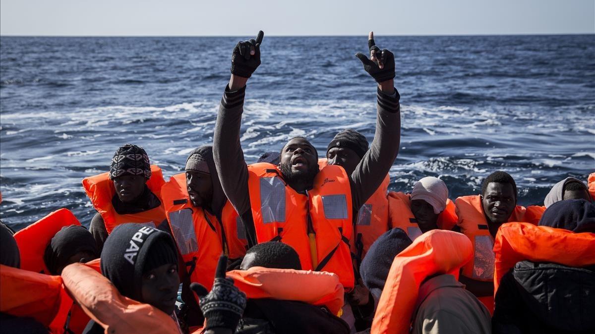 Inmigrantes subsaharianos reaccionan tras ser rescatados por integrantes de Proactiva Open Arms, en el Mediterráneo central, el 12 de enero del 2017.