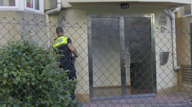 La guardia civil inspecciona el piso de la detenida en Castro Urdiales.