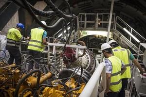 Interior de la tuneladora que ha empezado a perforar el túnel del nuevo tramo de Rodalies que unirá Sants con la terminal T-1 de El Prat.