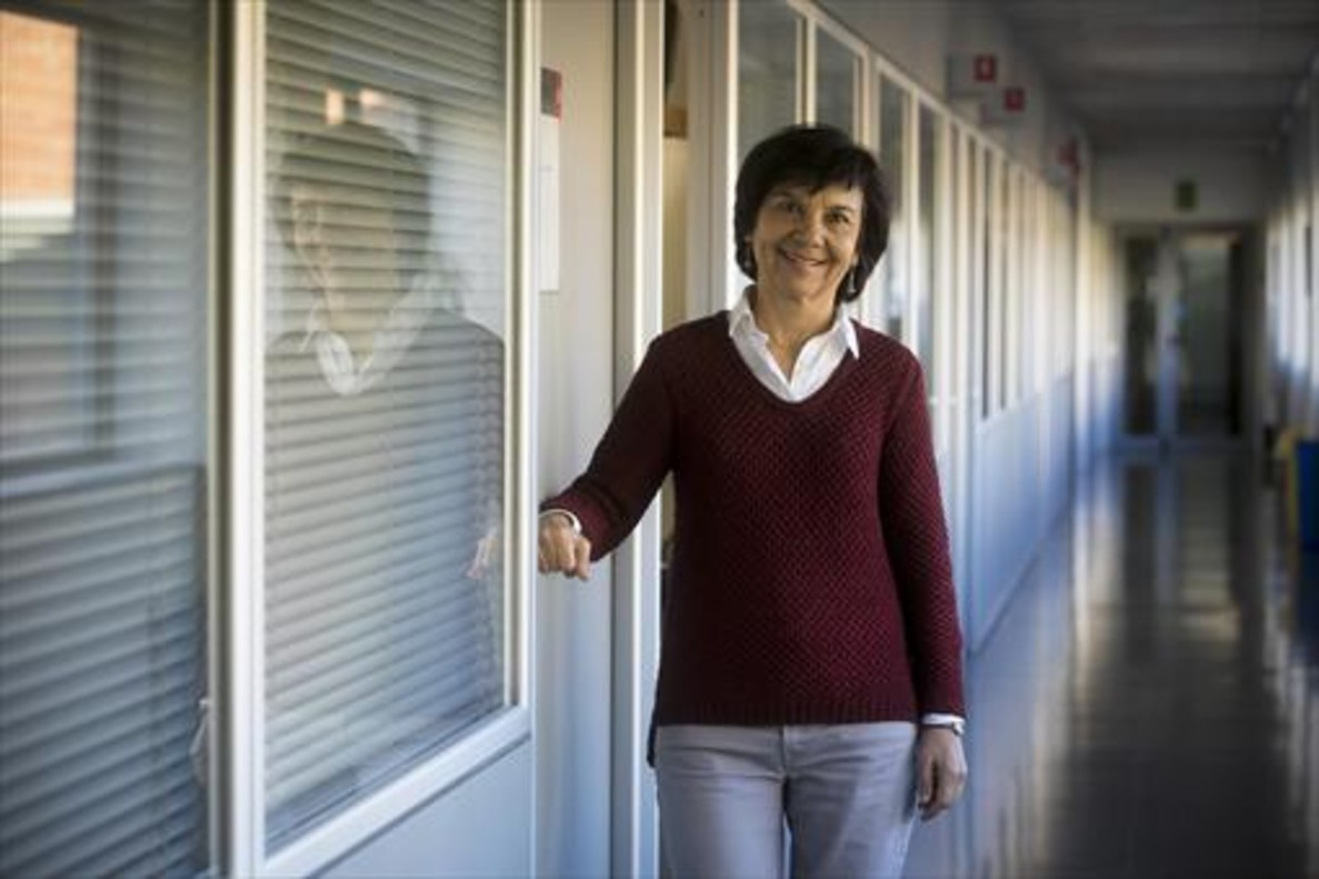 La investigadora Carme Torras, en el pasillo del Institut de Robòtica i Informàtica Industrial de Barcelona.