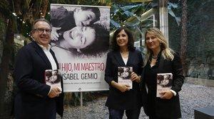 Isabel Gemio, en el centro, con Josep Cuní y Joana Bonet, en Barcelona, en la presentación de su libro Mi hijo, mi maestro.