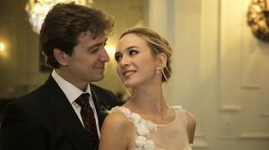 Javier Veiga, creador y director de Pequeñas coincidencias, con Marta Hazas, en su boda.