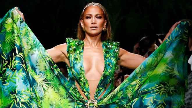 Jennifer Lopez desfila con un vestido de Versace que llevó en el año 2000.