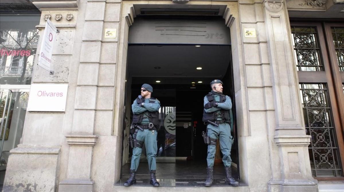 Agentes de la Guardia Civil custodian la puerta del club durante el registro.