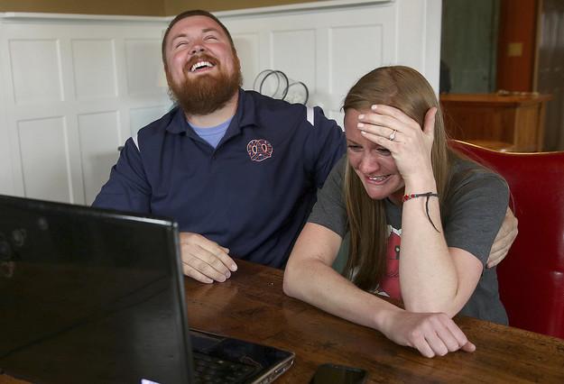 Joel Burger y Ashley King, tras recibir la noticia de que la cadena de comida rápida Burger King les pagará la boda, este lunes.