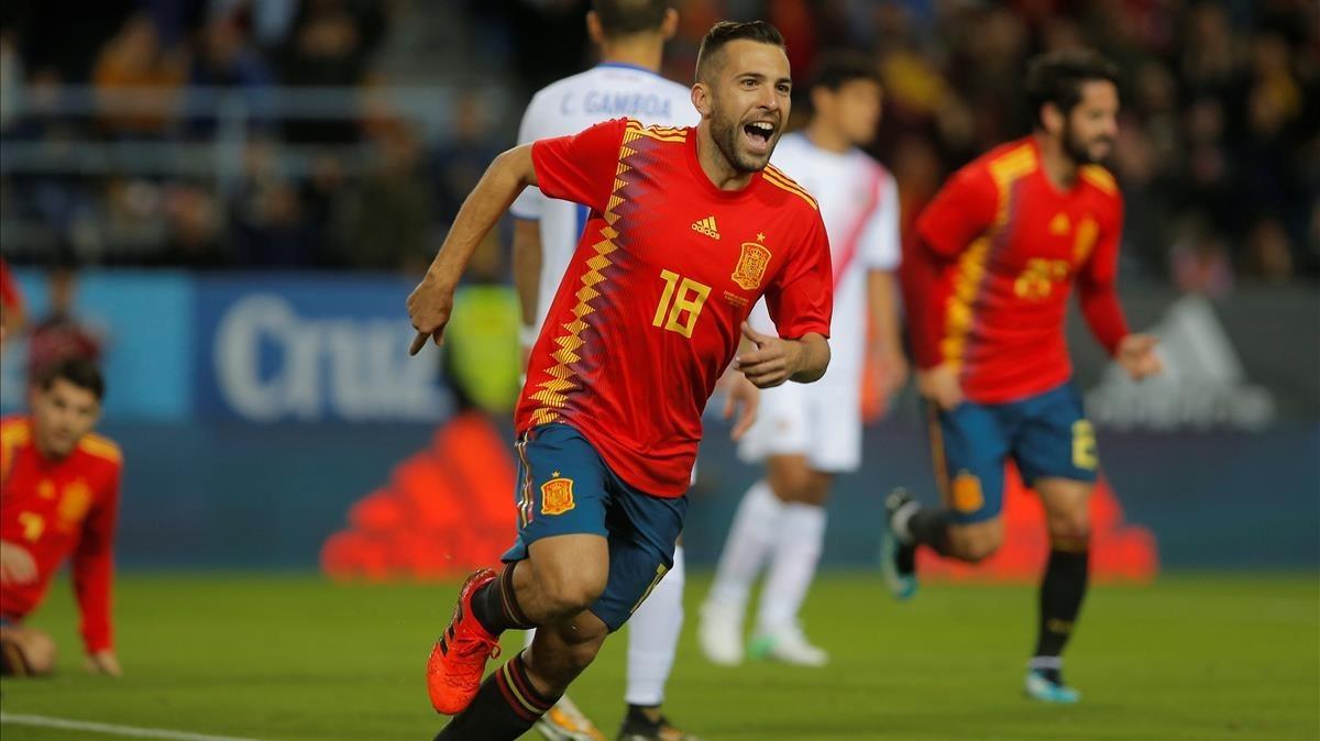 Jordi Alba celebra el primer gol de la selección en Málaga.