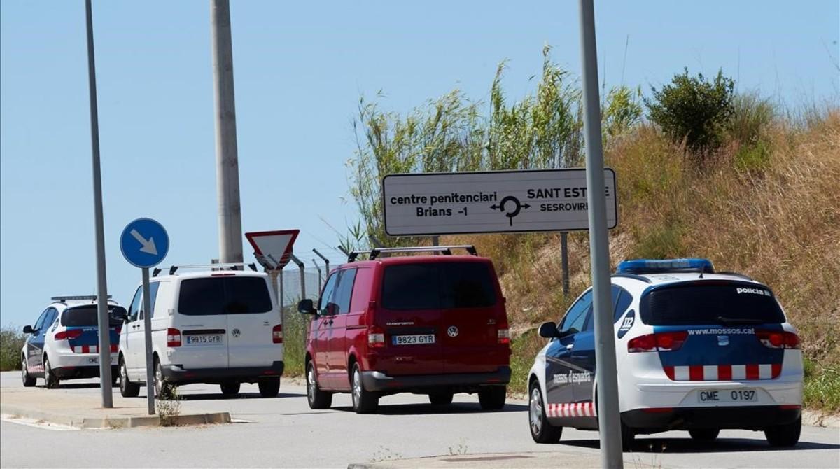 Efectivos de los Mossos dEsquadra durante el traslado de los presos Jordi Cuixart, Jordi Sanchez, Raül Romeva y Oriol Junqueras.