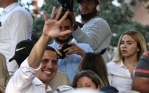 Guaidó desafia Maduro i viatja a Colòmbia per reunir-se amb Duque i Pompeo