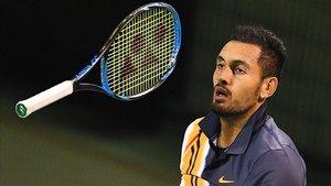 Kyrgios, jugando con la raqueta, en un momento del partido.