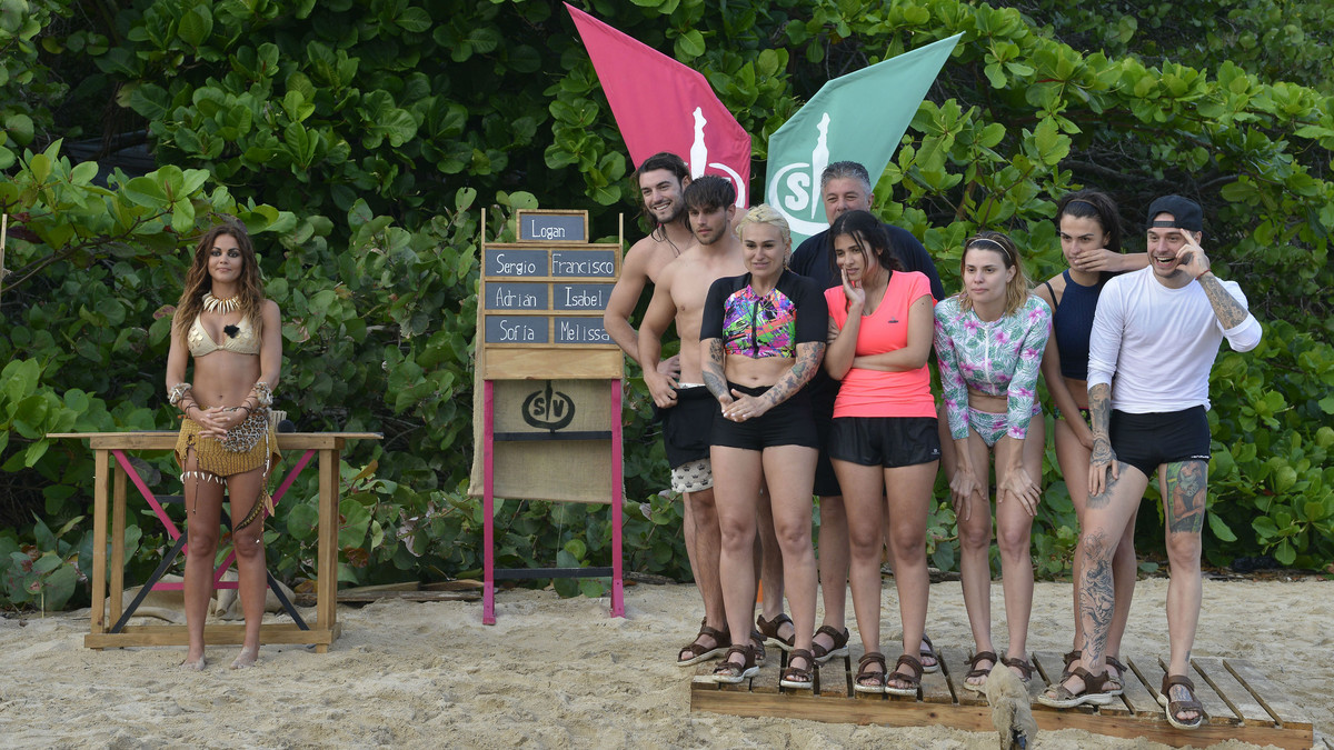 La presentadora Lara Álvarez, junto a algunos de los participantes en 'Supervivientes' (Tele 5).