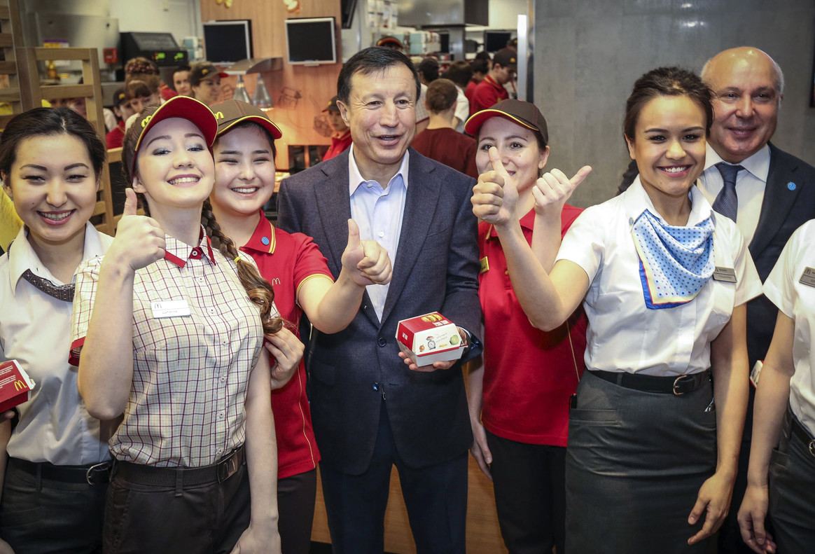 El alcalde de Astaná, Adilbek Dzhaksybakov (cENTRO), asiste a la inauguración del primer McDonalds que se ha abierto en el país.