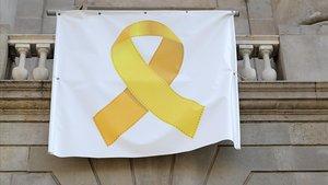 Lazo amarillo en un balcón consistorial.