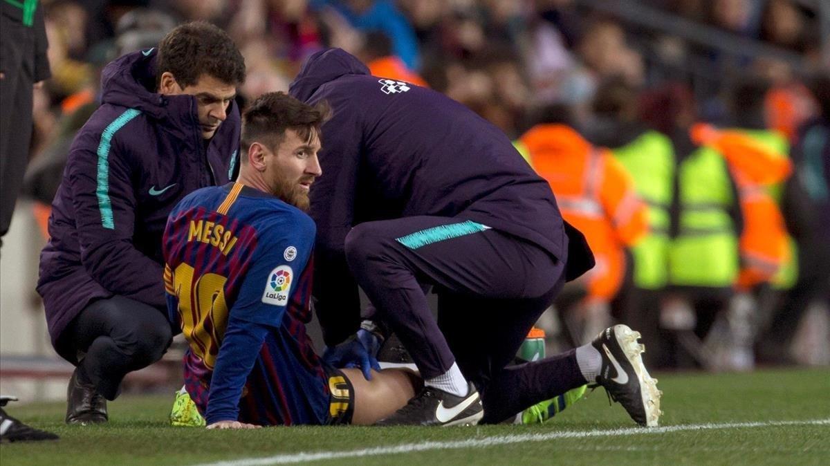 Messi recibe un masaje enel muslo derecho tras quejarse de unas molestias en la segunda mitad del Barça-Valencia.