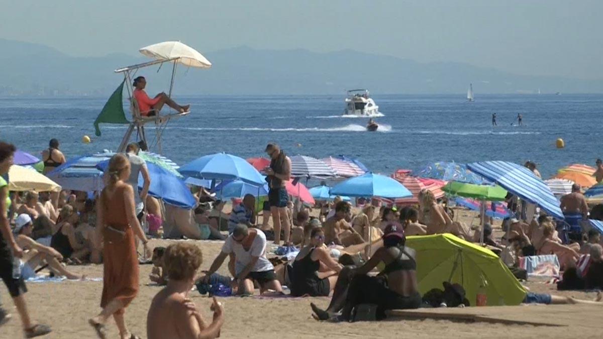 Lleno en las playas de Barcelona el primer sábado de agosto.