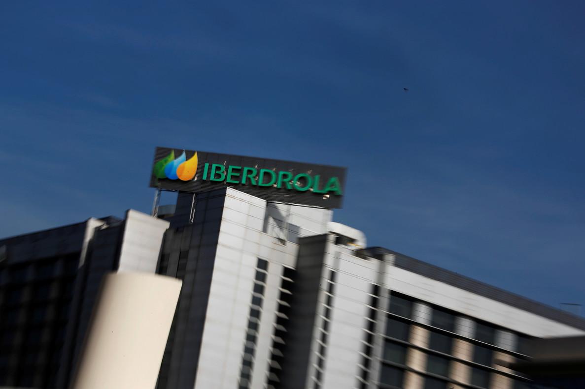 El logo deIberdrola, visto desde la sede central de la compañía energética enMadrid.