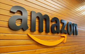 Un logotipo de Amazon en una de sus oficinas.