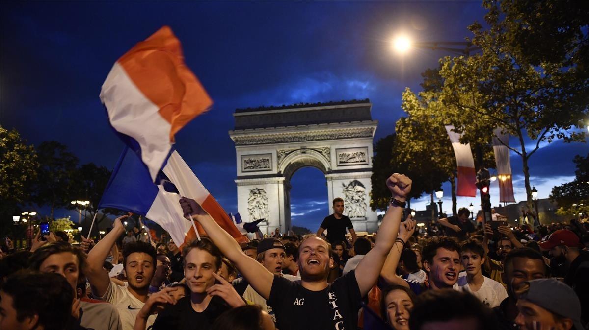 Los aficionados franceses celebran en París la victoria sobre Bélgica que le dio el pase a la final.