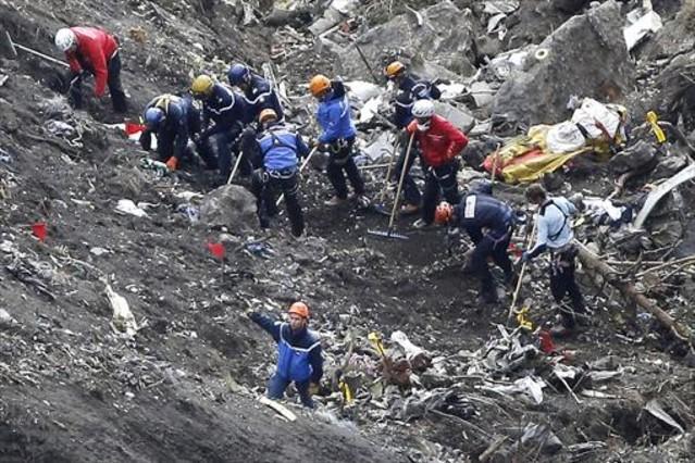 Los equipos de rescate trabajan en el lugar donde se estrelló el avión de Germanwings, el pasado marzo.