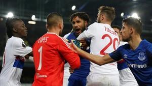 Los jugadores del Everton y del Lyón se enfrentan en Goodison Park.