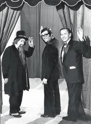 Chicho Ibáñez Serrador, entre las dos estrellas del primer 'Un, dos, tres...': Valentín Tornos (Don Cicuta) y el presentador Kiko Ledgard.