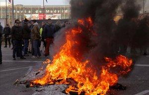 Los taxistas de Madrid queman neumáticos a las puertas de Ifema.