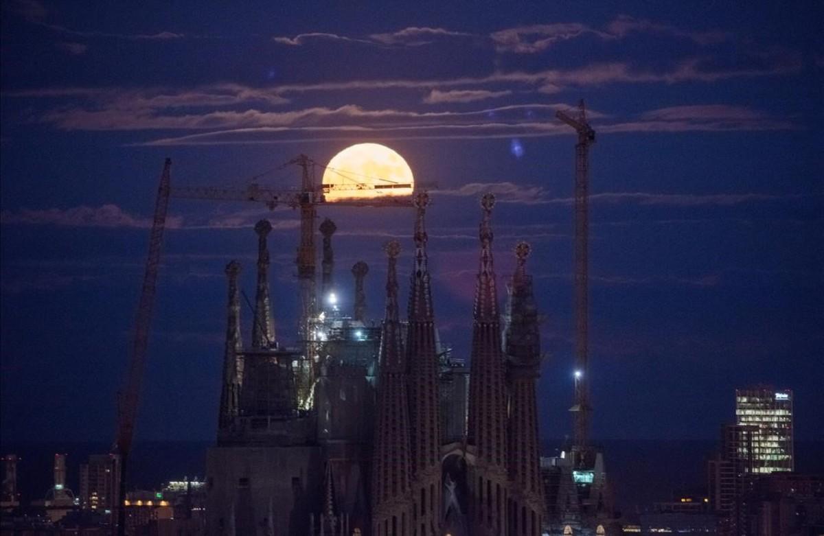 Una lluna plena més gran i brillant il·luminarà el cel aquest dilluns