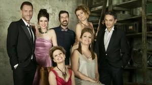 Los actores con Jordi Prat i Coll,director del montaje (en el centro, con pajarita), en una imagen promocional de Tres aniversaris.