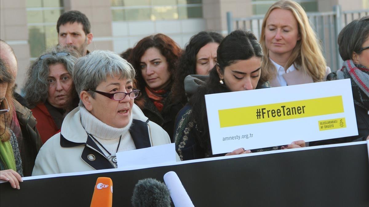 Manifestación de activistas de derechos humanos a favor de la libertad de Kiliç, presidente de AI en Turquía, ante el juzgado de Estambul, el 31 de enero.