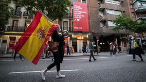 Manifestación ante la sede del PSOE, protegida por la Policía Nacional, por la gestión de la crisis sanitaria, el sábado 16 de mayo