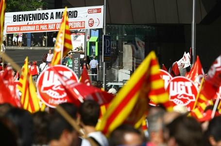 Manifestantes con senyeras, en la protesta contra los recortes del Gobierno de este domingo.