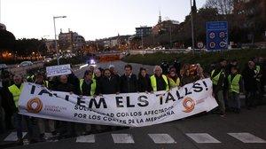 Manifestantes de Societat Civil Catalana cortan el tráfico en la Via Augusta de Barcelona.