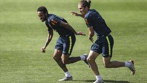 Neymar y Filipe Luis, en un entrenamiento de la selección.