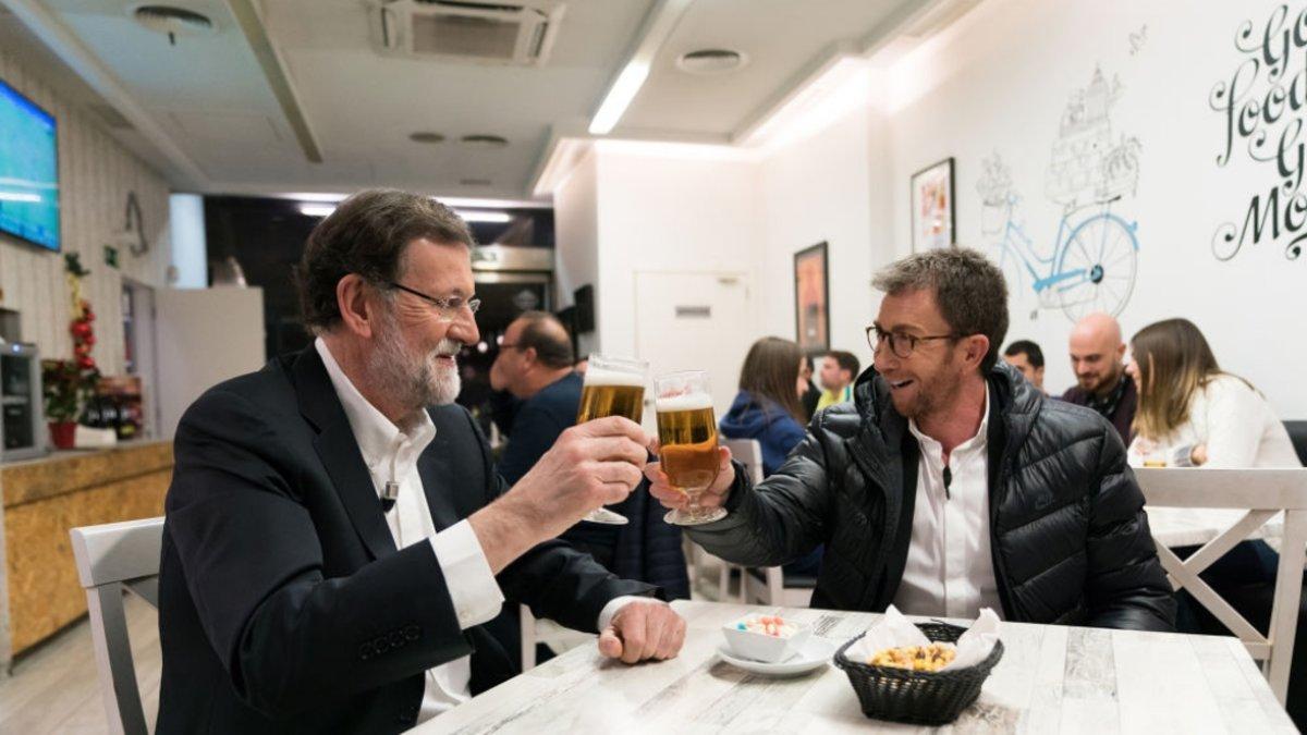 Mariano Rajoy y Pablo Motos tomándose unas cañas en un bar cercano al plató de 'El hormiguero'.