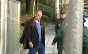 Mario Conde se dirige a la Audiencia Nacional, custodiado por la Guardia Civil.