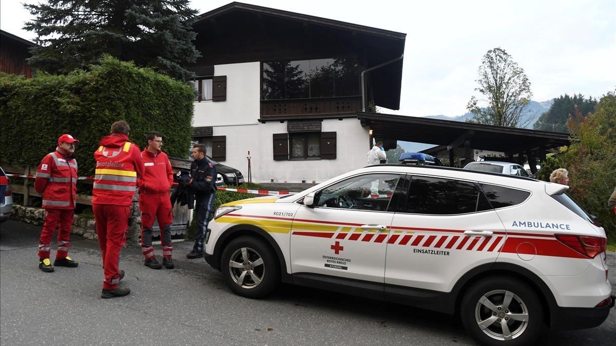 La Policía, en la casa donde han encontrado los cinco cadáveres.